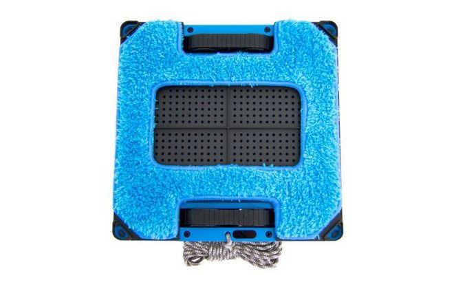 Мойщик с синей салфеткой