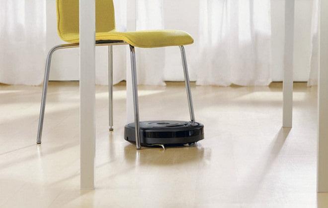 Робот-уборщик пылесосит