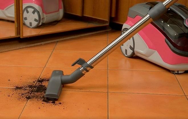 Сухая уборка кафельного пола