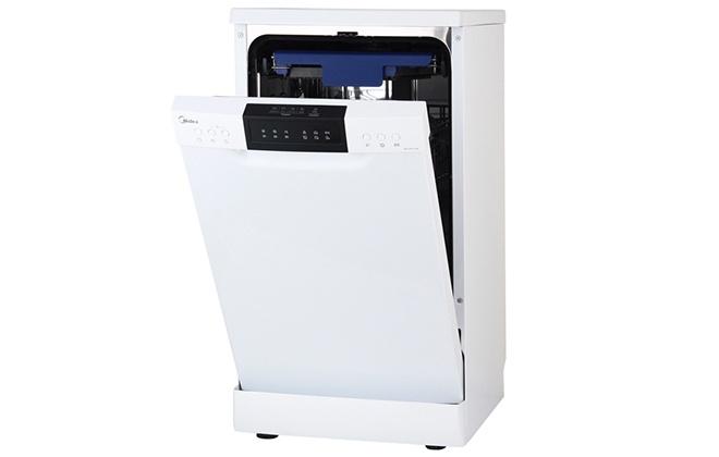 Белая посудомоечная машинка Midea с приоткрытой дверцей