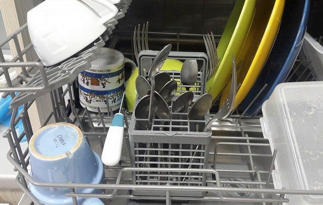 Корзина с чистой посудой