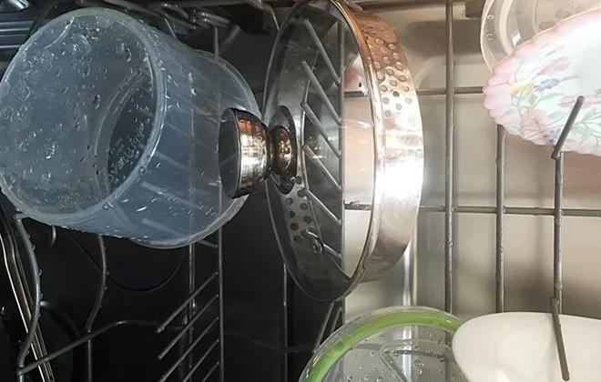 Мокрая посуда в посудомойке