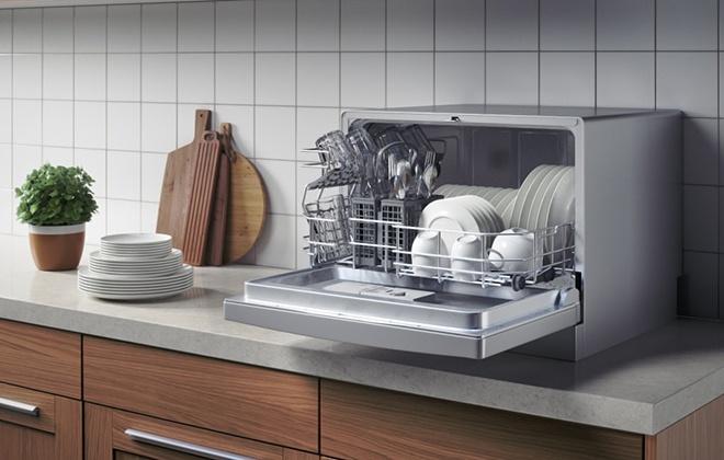 Настольная посудомоечная машина серебристого цвета
