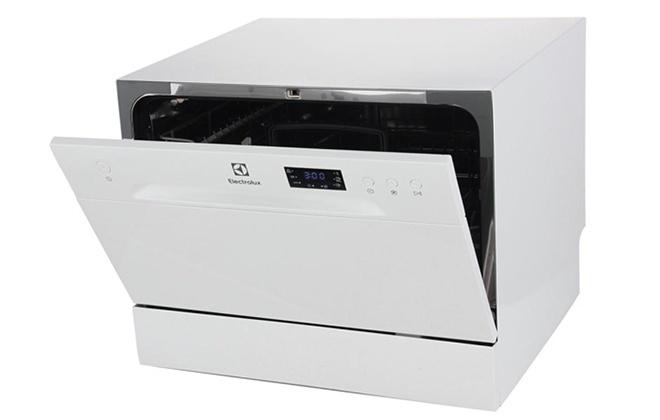 Посудомоечная машинка Electrolux ESF2400OW с приоткрытой дверцей