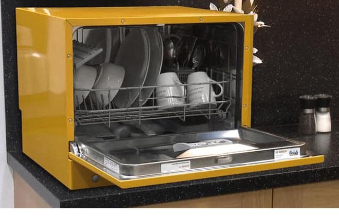 Посудомойка в желтом цвете