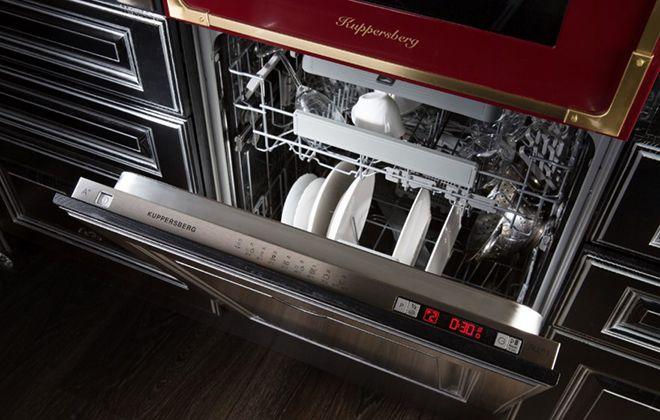 Приоткрытая дверца посудомойки