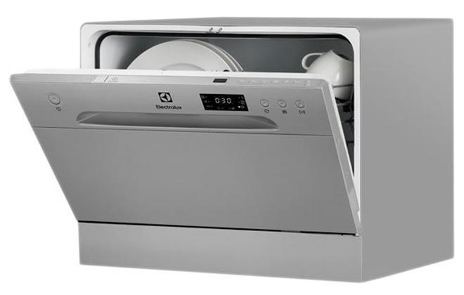 Приоткрытая дверца посудомойки Electrolux ESF2400OS