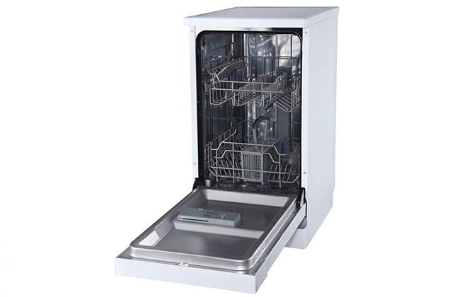 Пустая посудомоечная машина с открытой дверцей