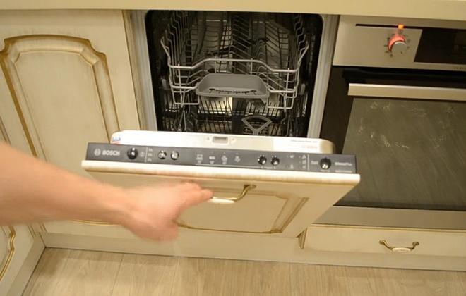 Пустая посудомоечная машина
