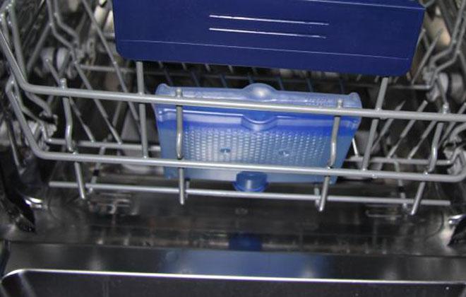Средство для посудомойки в работе