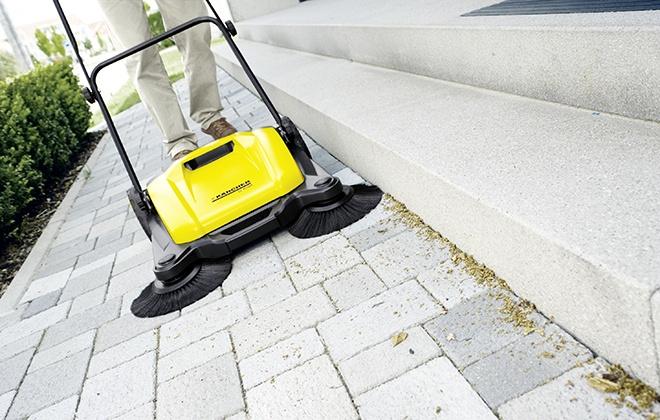 Уборка плиточной дорожки