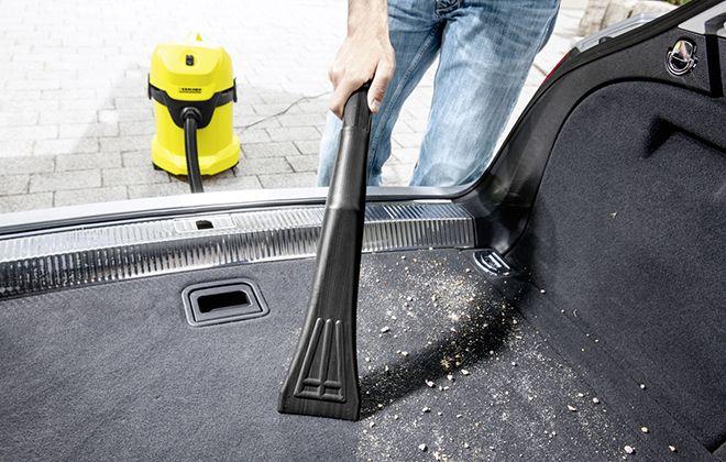 Уборка салона авто с помощью дополнительной насадки