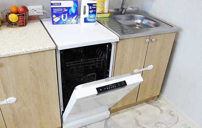 Узкая посудомойка белого цвета