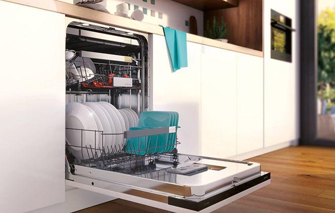 Встраиваемая белая посудомойка