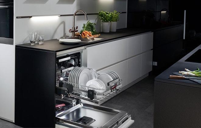 Встроенная посудомойка наполнена посудой