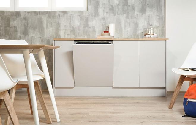 Встроенная посудомойка с приоткрытой дверцей