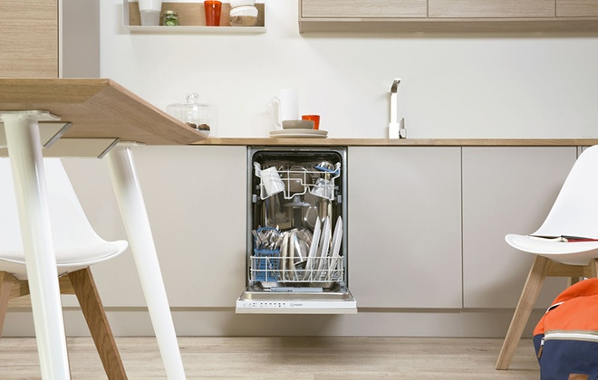 Встроенная в гарнитур посудомойка Indesit
