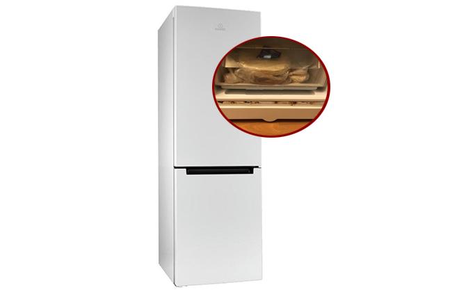 Белый холодильник с неисправностью