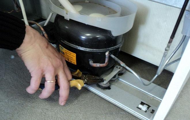 Демонтаж детали холодильника