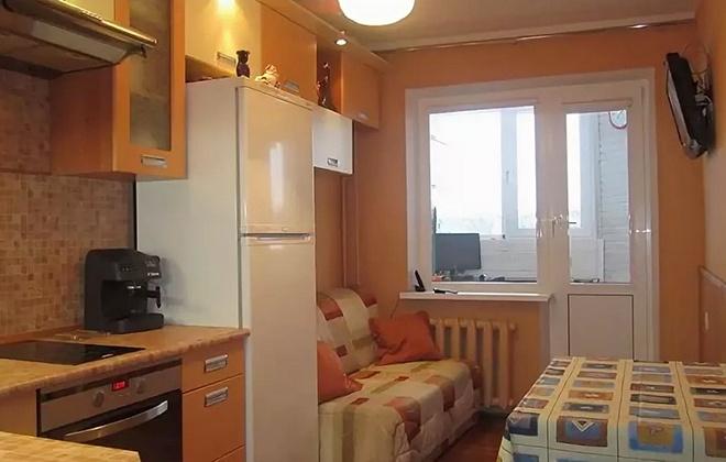 Холодильник возле дивана
