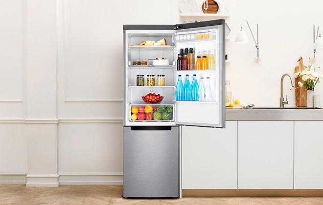 Открытая дверца серебристого холодильника