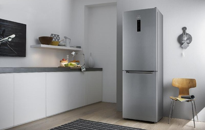 Серебристый холодильник Indesit DF 5200 S