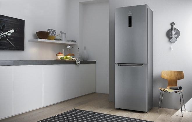 Серебристый отдельностоящий холодильник на кухне