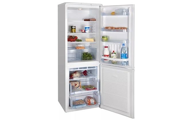Холодильник Indesit ITF 120 W с продуктами