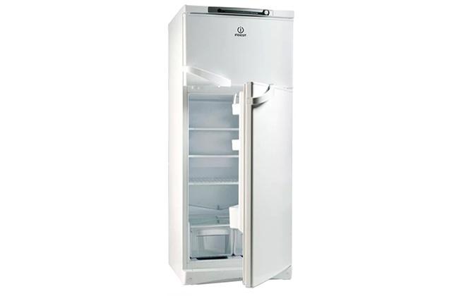 Холодильник Indesit с открытой нижней дверцей