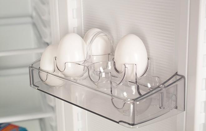 Полка с подставкой для яиц в холодильнике Атлант