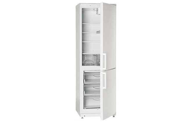 Приоткрытые дверцы у холодильника Атлант