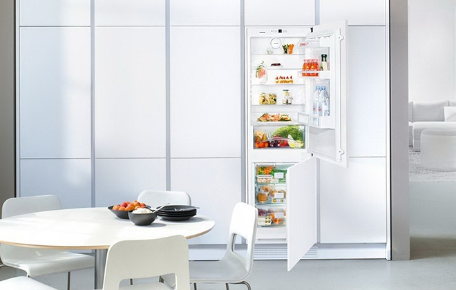 Встроенный холодильник Liebherr на кухне