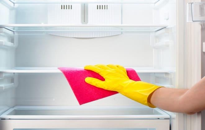 Протереть холодильник уксусом