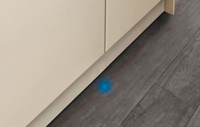 Синий луч на полу от посудомоечной машины
