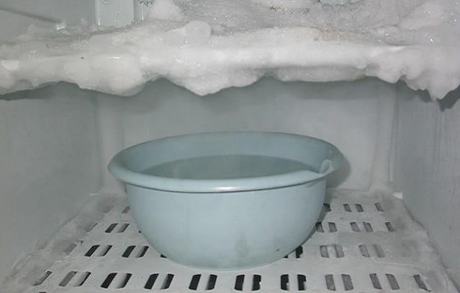 Теплая вода для разморозки холодильника
