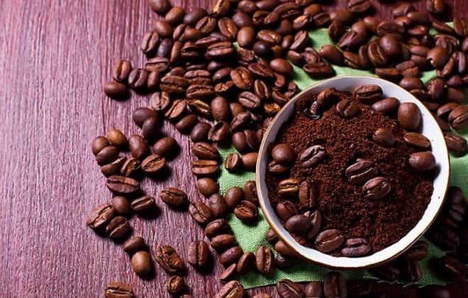 Зерновой и молотый кофе от запаха в холодильнике