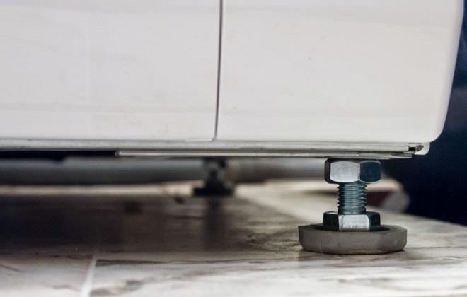 Как правильно выставить стиральную машину по уровню