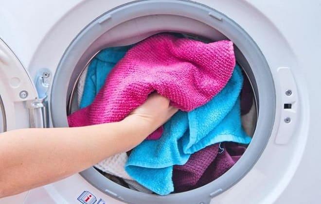 Класть белье в стиралку