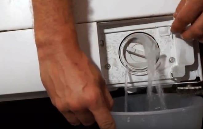 Слив воды через сливной фильтр