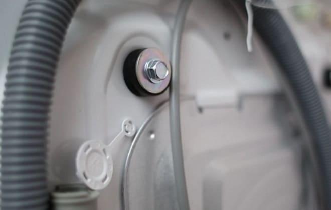 Транспортировочные болты на стенке стиральной машине