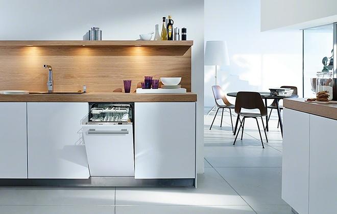 Белая посудомойка на кухне
