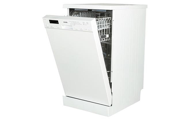 Белая посудомойка с открытой дверцей