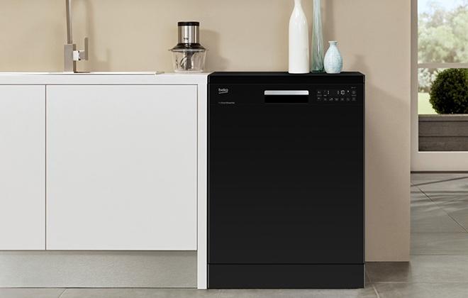 Черная посудомоечная машина на кухне