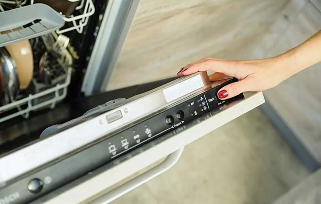 Кнопка старта на панели управления посудомойкой