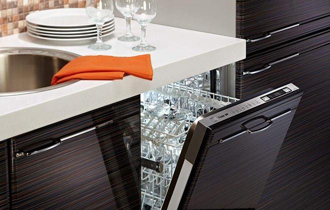 Коричневый кухонный гарнитур с посудомойкой