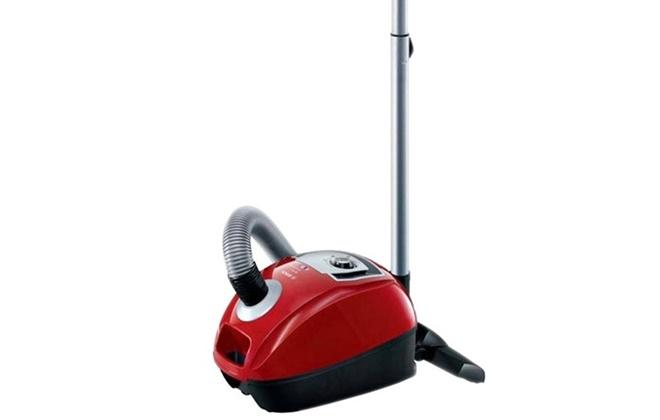 Красный пылесос Bosch с насадкой