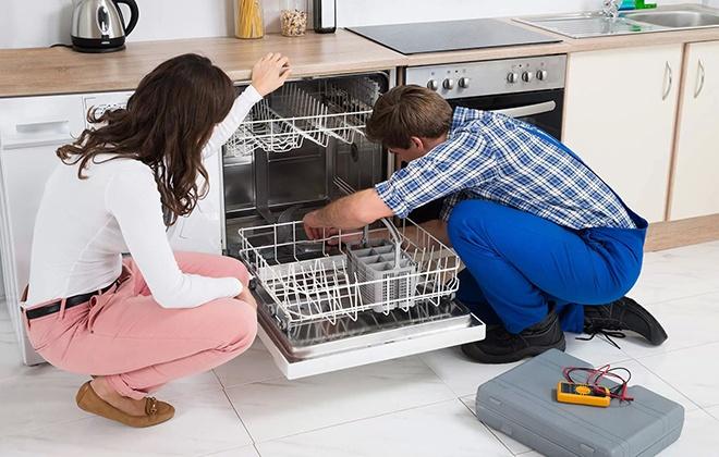 Мастер осматривает посудомойку