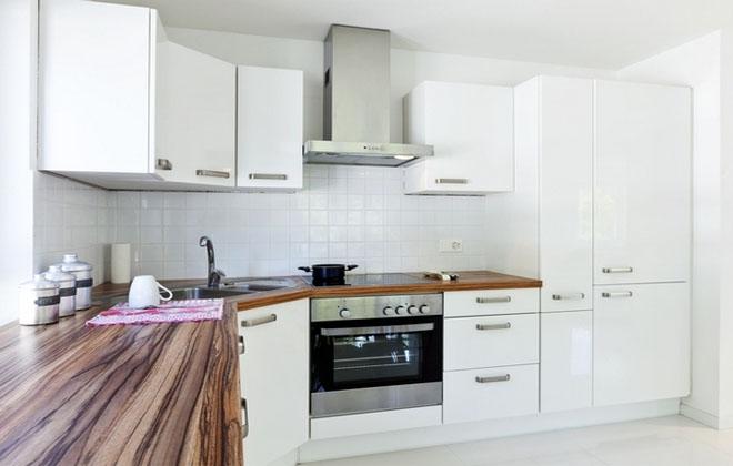 Посудомойка в интерьере белой кухни