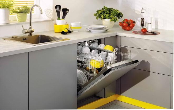 Посудомойка в интерьере на кухне