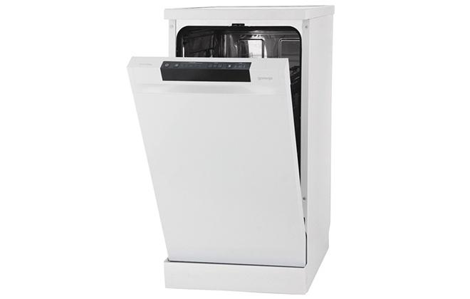Приоткрытая дверца посудомойки Gorenje GS53110W